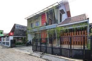 RedDoorz Plus near Hartono Mall