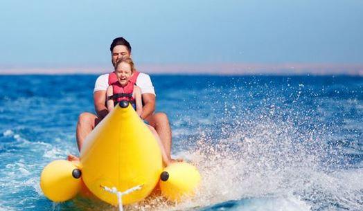 Pose Sporty Sambil Menaiki Banana Boat
